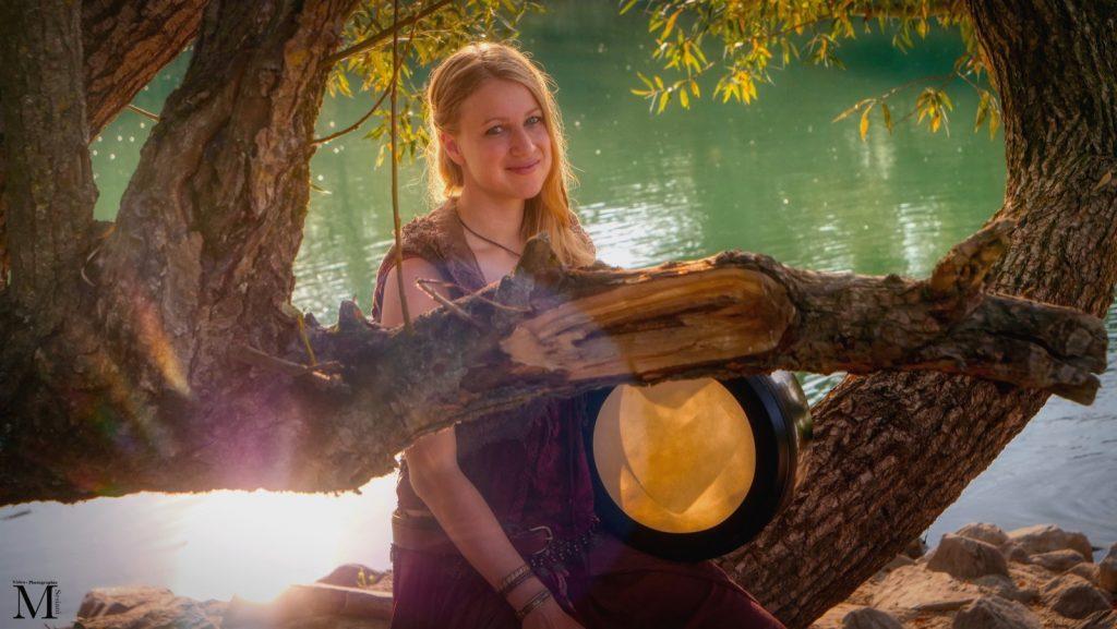 Musikerin am Fluss