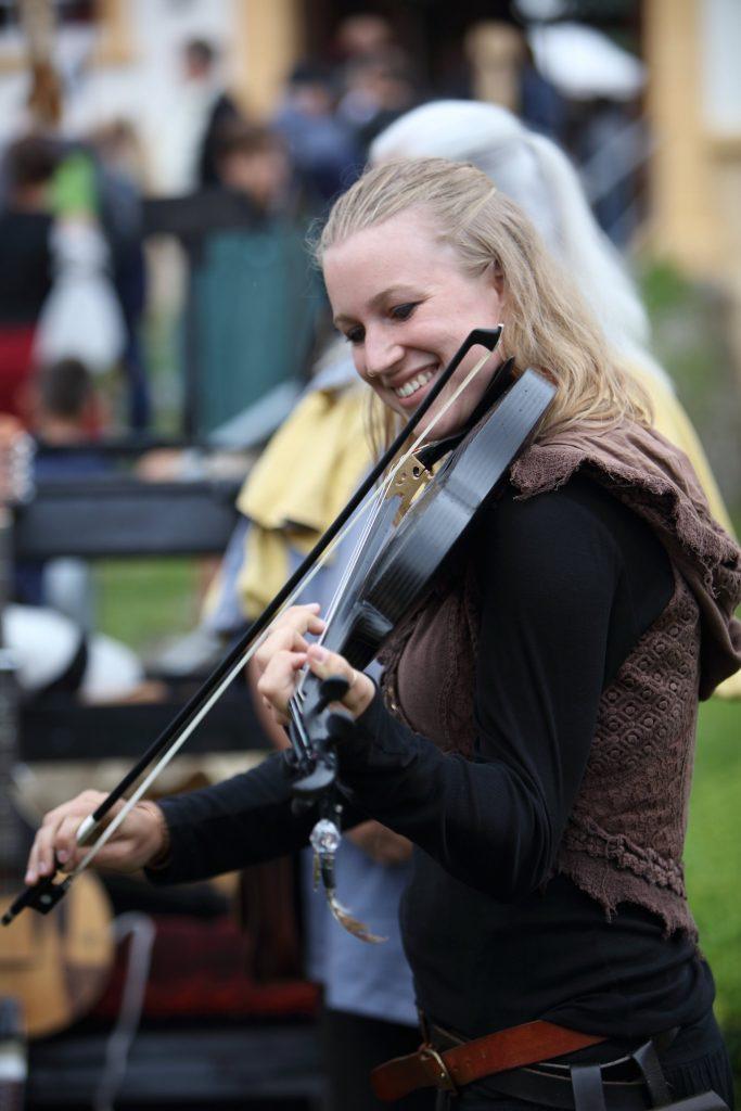Nine Gees spielt Geige
